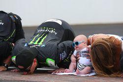 Ganador de la Carrera Kyle Busch besa los ladrillos con su familia