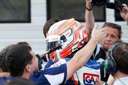 Le vainqueur Luca Ghiotto, Trident fête sa victoire dans le Parc Fermé avec son équipe