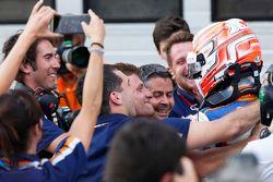 Победитель гонки - Лука Гьотто, Trident празднует победу с командой в закрытом парке