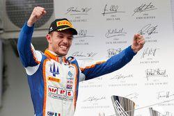 الفائز في السباق لوكا غيوتو، تريدنت يحتفل بالفوز على منصة التتويج