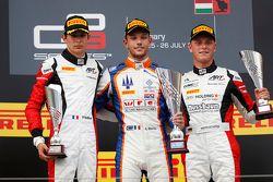 Лука Гьотто, Trident празднует победу на подиуме с Эстебаном Оконом, ART Grand Prix - второе место и Марвин Кирхгофер, ART Grand Prix - третье место