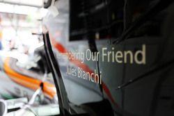 Der Sahara Force India F1 VJM08 trägt einen Gruß an Jules Bianchi