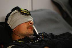Un meccanico che dorme