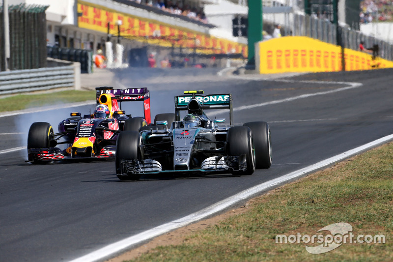За шесть кругов до финиша, пользуясь там, что его соперник заперт в трафике позади Ferrari лидера, Риккардо пошел в атаку…