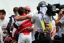 Фелиппе Бьянки, отец Жюля Бьянки и Уилл Стивенс, Manor F1 Team на стартовой решетке