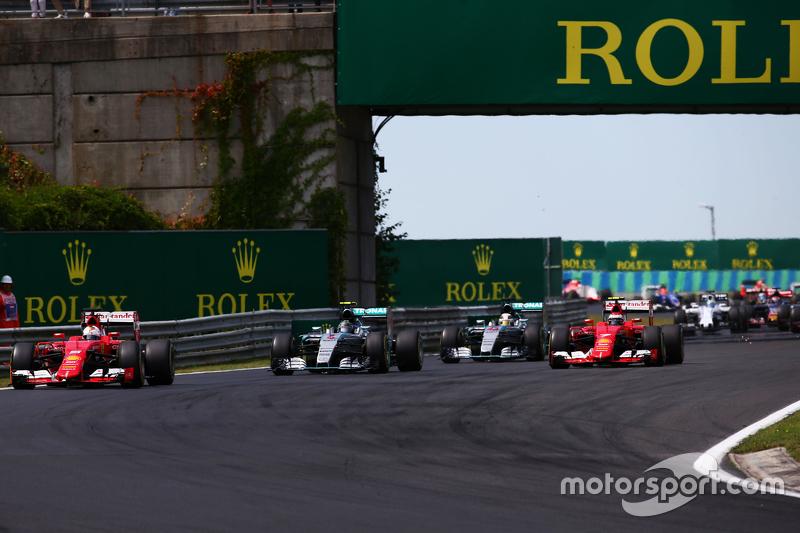 Sebastian Vettel, Ferrari SF15-T memimpin di start of the race