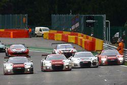 Carros da Audi cruzam a linha de chegada juntos