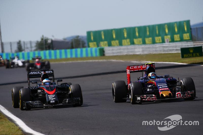 Fernando Alonso, McLaren MP4-30 y Carlos Sainz Jr., Scuderia Toro Rosso STR10