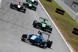 Matheo Tuscher, Jenzer Motorsport devant Seb Morris, Status Grand Prix