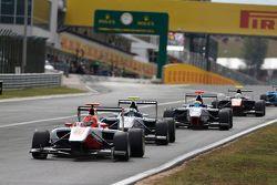 Esteban Ocon, ART Grand Prix devant Jimmy Eriksson, Koiranen GP