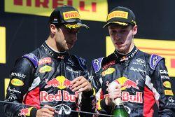 (I a D): tercero, Daniel Ricciardo, Red Bull Racing, con el terecro, Daniil Kvyat, Red Bull Racing