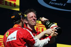 (I a D): ganador, Sebastian Vettel, Ferrari y James Allison, Ferrari celebran