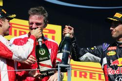 (I a D): el ganador, Sebastian Vettel, Ferrari y James Allison, Ferrari, celebra con Daniel Ricciard