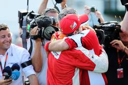 El ganador, Sebastian Vettel, Ferrari celebra con Maurizio Arrivabene, jefe de Ferrari