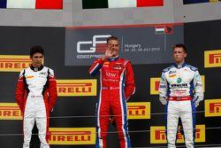 El ganador, Kevin Ceccon, Arden International, segundo lugar, Esteban Ocon, ART Grand Prix y tercer