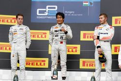 Podium: second place Stoffel Vandoorne and winner Nobuharu Matsushita, ART Grand Prix and third place Sergey Sirotkin, Rapax