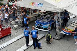 Dale Earnhardt Jr., Hendrick Motorsports Chevrolet pasa por la inspección.
