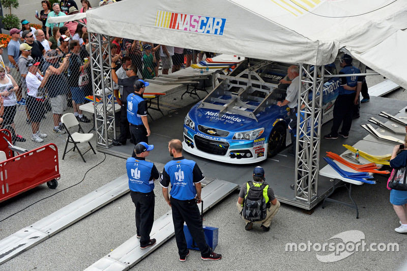 Dale Earnhardt Jr., Hendrick Motorsports Chevrolet melewati pemeriksaan teknologi