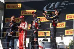 (I a D): Kai Ebel, RTL TV Presentador; Sebastian Vettel, Ferrari; Daniil Kvyat, Red Bull Racing; y D