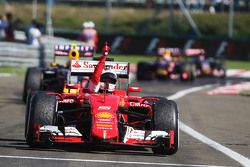 Ganador de la carrera, Sebastian Vettel, Ferrari celebra en el parc ferme