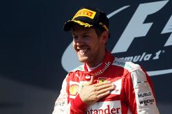 Ganador de la carrera, Sebastian Vettel, Ferrari celebra en el podio