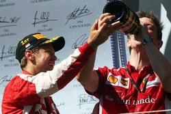 Race winner Sebastian Vettel, Ferrari celebra con James Allison, Ferrari