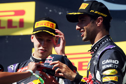 (I a D): Daniil Kvyat, Red Bull Racing con Daniel Ricciardo, Red Bull Racing en el podium