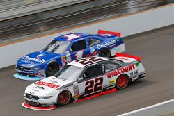 Ryan Blaney, Team Penske Ford y Elliott Sadler, Roush Fenway Racing Ford
