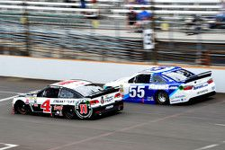 Kevin Harvick, Stewart-Haas Racing Chevrolet y David Ragan, Michael Waltrip Racing Toyota