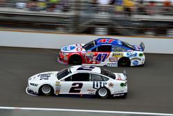 Brad Keselowski, Team Penske Ford dan A.J. Allmendinger, JTG Daugherty Racing Chevrolet