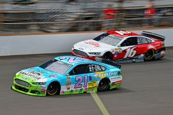 Ryan Blaney, Woods Brothers Racing Ford ve Greg Biffle, Roush Fenway Racing Ford