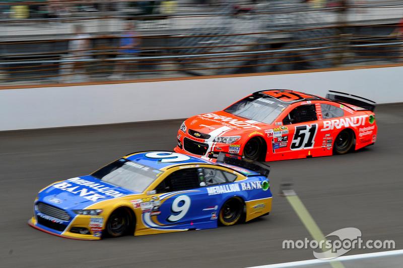 Сэм Хорниш-мл., Richard Petty Motorsports Ford и Джастин Алгайер, HScott Motorsports Chevrolet