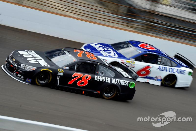 Martin Truex Jr., Furniture Row Racing Chevrolet, dan Trevor Bayne, Roush Fenway Racing Ford
