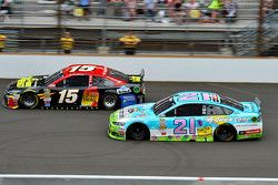 Clint Bowyer, Michael Waltrip Racing Toyota ve Ryan Blaney, Woods Brothers Racing Ford