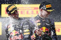 Segundo lugar, Daniil Kvyat, Red Bull Racing y tercer lugar, Daniel Ricciardo, Red Bull Racing