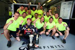Segundo lugar, Daniil Kvyat, Red Bull Racing celebra con su equipo