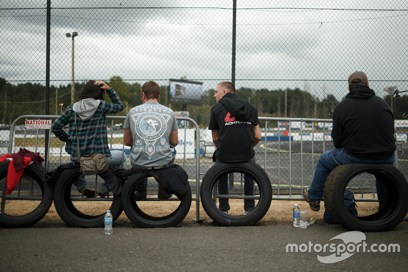 Los aficionados se sientan en los neumáticos