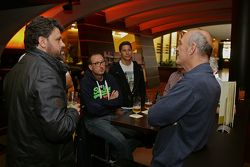 Dr. Wolfgang Ullrich, capo di Audi Sport si gode una birra con i media e Loic Duval