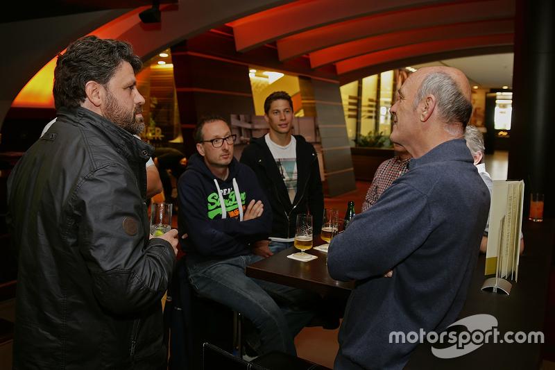 Dr. Wolfgang Ullrich, kepala dari Audi Sport menikmati bir bersama media dan Loic Duval