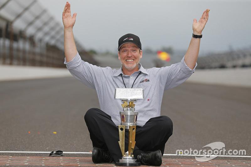 Byron Goggin, Joe Gibbs Racing merayakan di halaman batu bata