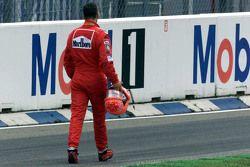 Michael Schumacher, Ferrari, retorna a pé para os boxes após acidente na largada