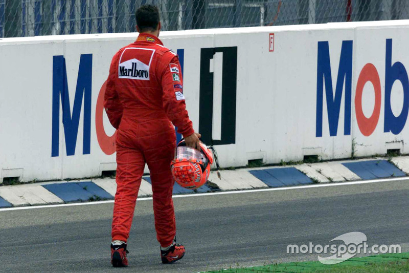 Michael Schumacher, Ferrari returns to the pits after crashing di start