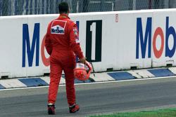Michael Schumacher, Ferrari keert na een startcrash terug naar de pitstraat