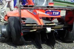 De beschadigde Ferrari van Michael Schumacher