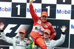 Победитель гонки Рубенс Баррикелло вместе с обладателями второго и третьего места Микой Хаккиненом и Дэвидом Култхардом на подиуме
