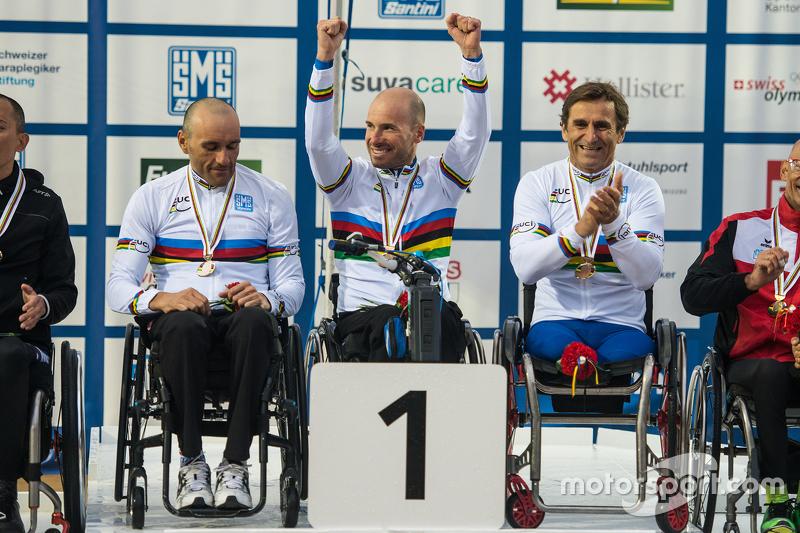 Alex Zanardi compite en el Campeonato del Mundo de Para-Ciclismo UCI con compañeros Vittorio Podest