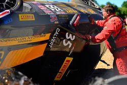 Equipos de seguridad trabajan después del fuerte choque del #35 Phoenix American Motorsports Ford Mu