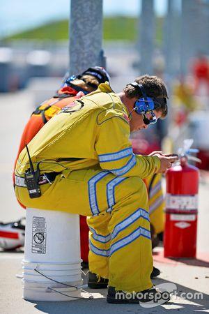 Un bombero en su teléfono