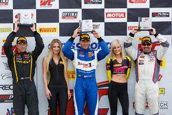 GTS podium: El ganador, Michael Cooper, segundo lugar, Dean Martin y tercer lugar, Andrew Aquilante