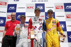 Podium : le vainqueur Jake Dennis, Prema Powerteam Dallara Mercedes-Benz, le deuxième, Felix Rosenqvist, Prema Powerteam Dallara Mercedes-Benz, le troisième, Antonio Giovinazzi, Jagonya Ayam with Carlin Dallara Volkswagen